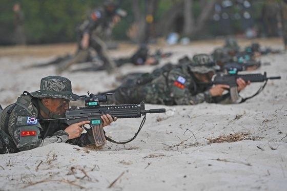 2019年のコブラ・ゴールド合同演習に参加中の韓国海兵隊がタイのハードヤオ海岸で米国とタイの海兵隊とともに合同上陸訓練を実施した。[写真 海兵隊司令部]