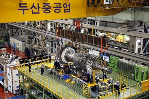 斗山重工業が国産化した発電用ガスタービンの最終組立の様子。[写真 斗山重工業]