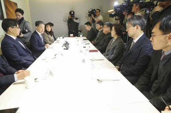 パク・ヌンフ保健福祉部長官(左から3番目)が17日、ソウル中区(チュング)のある食堂で諮問特別補佐団晩餐会を開いた。 [写真 保健福祉部]