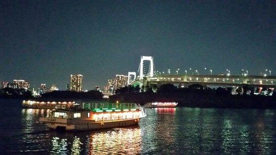 東京都を流れる河川である隅田川で小型遊覧船の屋形船が移動している。都は先月18日、ある個人タクシー組合支部が東京の屋形船で開催した新年会参加者と接客従業員のうち11人が新型コロナウイルスに感染していたことが確認されたと発表した。ソ・スンウク特派員
