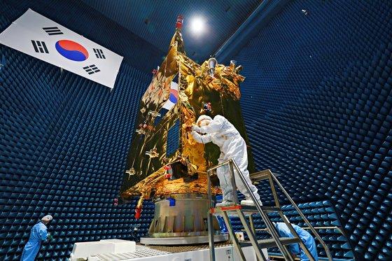 静止軌道衛星「千里眼2B号」が韓国時間19日に仏領ギアナで打ち上げられる。衛星は今後3万6000キロメートル上空で東アジア地域を観測し、粒子状物質の移動、赤潮、緑潮現象を盛り込んだデータを送ることになる。写真は千里眼2B号の開発過程の様子。[写真 航空宇宙研究院]