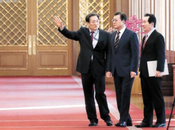 文在寅大統領が18日午前、青瓦台で国務会議を開き、新型肺炎に関連し「非常な処方が必要だ」と強調した。左側から盧英敏(ノ・ヨンミン)秘書室長、文大統領、丁世均(チョン・セギュン)首相。[青瓦台写真記者団]