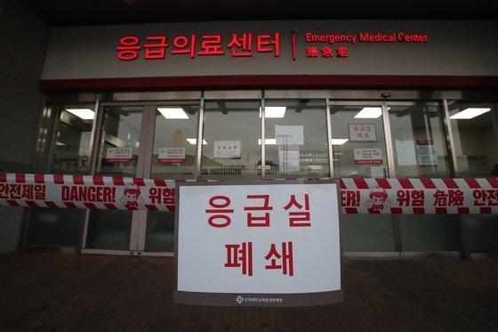 海雲台(ヘウンデ)白病院救急室が臨時閉鎖…釜山(プサン)海雲台白病院を訪問した40代女性に対する新型コロナウイルス感染症の疫学調査が行われ、救急室が19日午後、臨時閉鎖された。ソン・ポングン記者