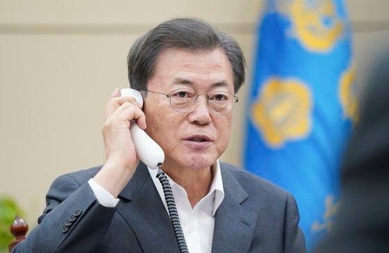 韓国の文在寅大統領が20日午後、青瓦台与民館(執務室)で中国の習近平中国国家主席と電話会談を行っている。[写真 青瓦台]