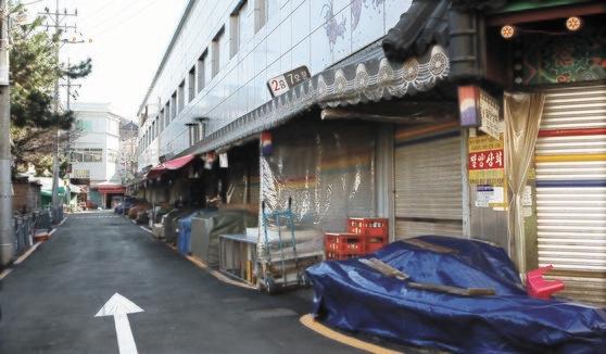釜山で新型肺炎患者が多数発生したことから、東莱市場商人会は23日午前の営業を中断し防疫作業を行った。ソン・ボングン記者