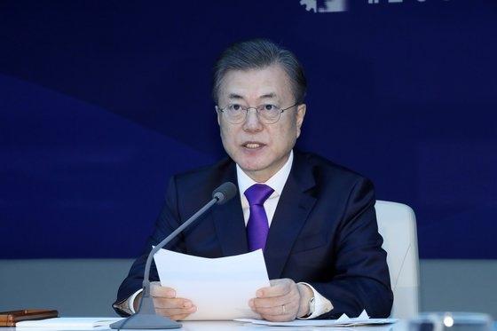 文在寅大統領が13日午前、ソウル大韓商工会議所で開かれた新型コロナウイルス対応経済界懇談会で冒頭発言をしている。文大統領はこの席で「防疫当局が最後まで緊張を緩めずに最善を尽くしているため新型コロナウイルスは遠からず終息するだろう」と述べた。[写真 青瓦台写真記者団]