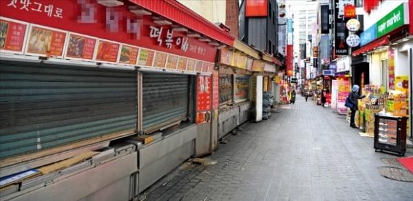 <人影が絶えた明洞>新型コロナウイルスによる肺炎感染拡大の余波で民間消費が急激に萎縮している。韓国を代表する商圏であるソウル・明洞では訪問する人も販売する人も見当たらなかった。ホ・ムンチャン記者