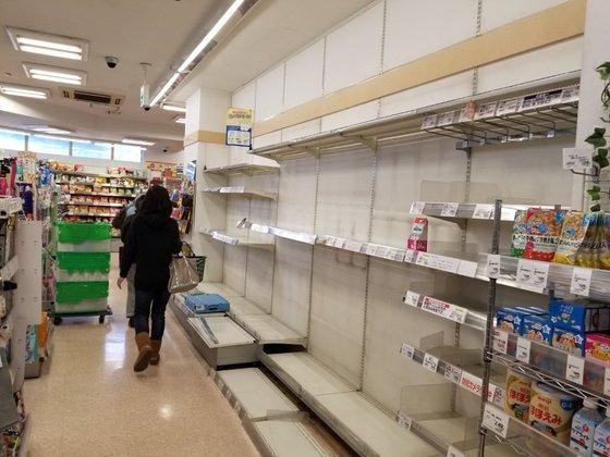 東京都内のあるスーパーのトイレットペーパー陳列棚が空になっている。ユン・ソルヨン記者