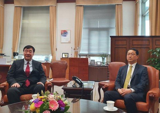 金健(キム・ゴン)外交次官補が先月26日、外交部庁舎でシン海明駐韓中国大使と面談している。[写真 外交部]