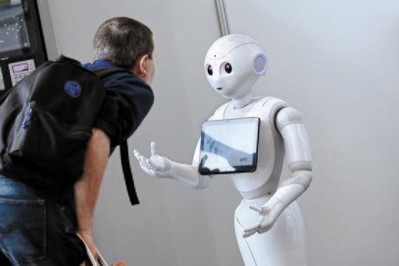 日本のソフトバンクが開発した感性疎通ロボットのペッパー。しかしまだ人にペット水準の感情的満足を与えるのにも至らなかった。2014年に発売されてから累積販売は1万2000台にとどまっている。[中央フォト]