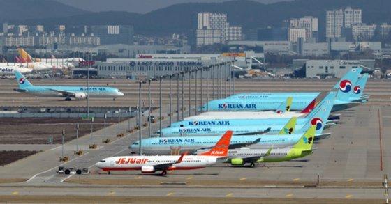 2日、仁川国際空港の駐機場に航空機が止まっている。