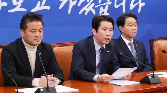 共に民主党の李仁栄院内代表(中央)