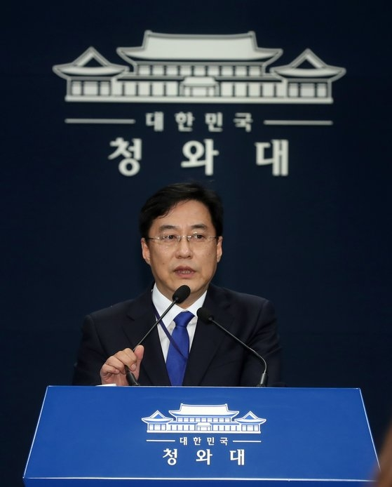 青瓦台(チョンワデ、大統領府)の姜ミン碩(カン・ミンソク)報道官は8日、書面ブリーフィングで「日本は韓国に対してこのような(入国制限に関連する)過度な措置を取りながらも、一言も事前協議がなかった」と明らかにした。 [青瓦台写真記者団]