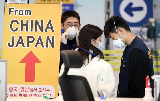 韓日両国間の相互ノービザ入国が中断された9日、仁川(インチョン)国際空港第2ターミナルで、日本発旅客機に乗って到着した乗客が検疫や連絡先確認など特別入国手続きを踏んでいる。 キム・ソンリョン記者