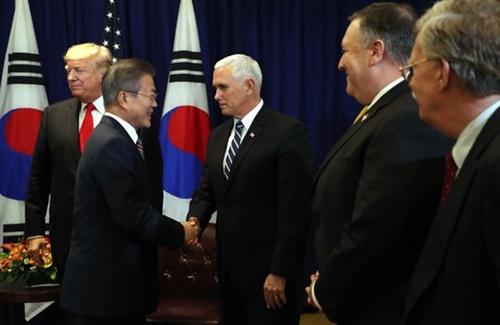 文在寅大統領が昨年9月24日午後(現地時間)、米ニューヨーク・ロッテニューヨークパレスホテルでドナルド・トランプ米大統領と首脳会談を行う前に、マイク・ペンス副大統領など随行員らと挨拶している。左からドナルドトランプ大統領、文大統領、マイク・ペンス副大統領、マイク・ポンペオ国務長官、ジョン・ボルトン国家安保補佐官。(写真=中央フォト)