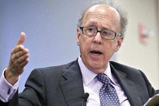 スティーブン・ローチ・イェール大学教授は米国の投資銀行、モルガン・スタンレーで30年以上勤務したウォール街出身の経済学者だ。ニューヨーク大学のヌリエル・ルビーニ教授と共に悲観論者と呼ばれている。[中央フォト]