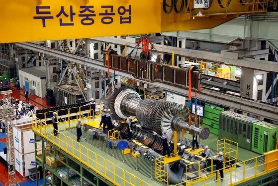 斗山重工業の職員が発電用大型ガスタービンの最終組み立て作業をしている。 [写真 斗山重工業]