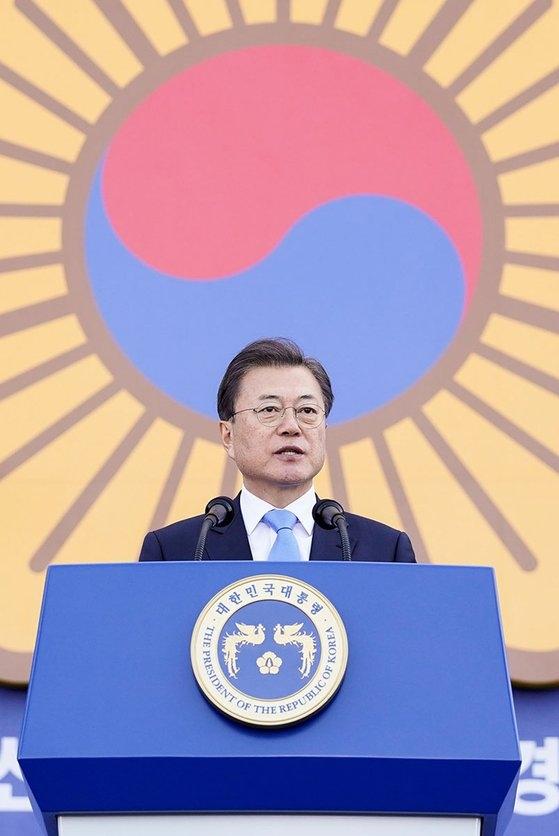 韓国の文在寅大統領が12日、忠清南道牙山警察大学で開かれた新任警察警衛・警監任命式で祝辞を述べている。[写真 青瓦台]