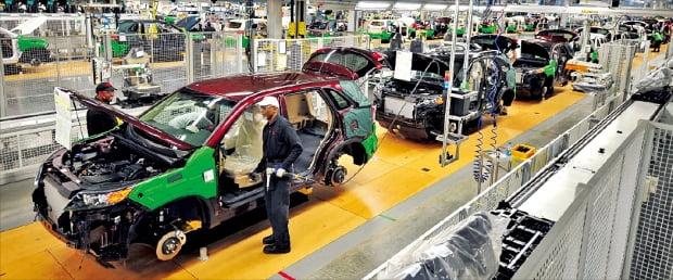 米南部ジョージア州ウェストポイントにある起亜自動車工場で現地労働者らが自動車を組み立てている。2009年から稼動した起亜自動車ジョージア工場は年間34万台の自動車を生産できる。韓経DB