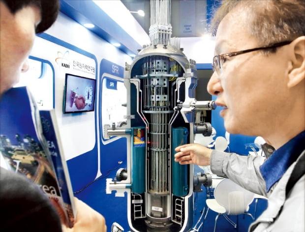 1997年に開発を始めて完成段階にある韓国型スマート原発の改善事業が難航している。2015年10月に大田で開催された「研究開発特区技術博覧会」を訪れた市民がスマート原発の模型を見ている。韓経DB