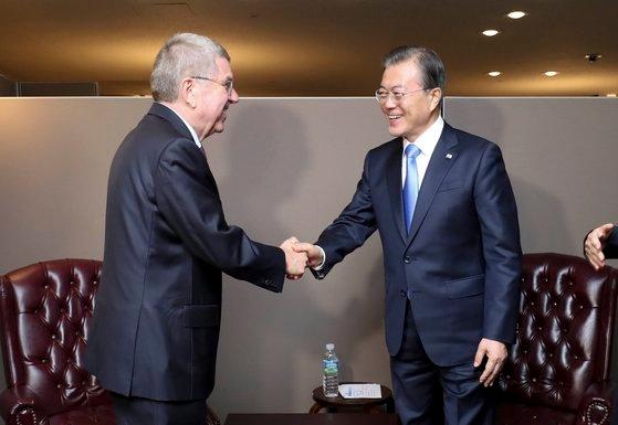 韓国の文在寅(ムン・ジェイン)大統領が昨年9月24日、ニューヨーク国連本部でトーマス・バッハIOC会長と会っている。[写真 青瓦台写真記者団]