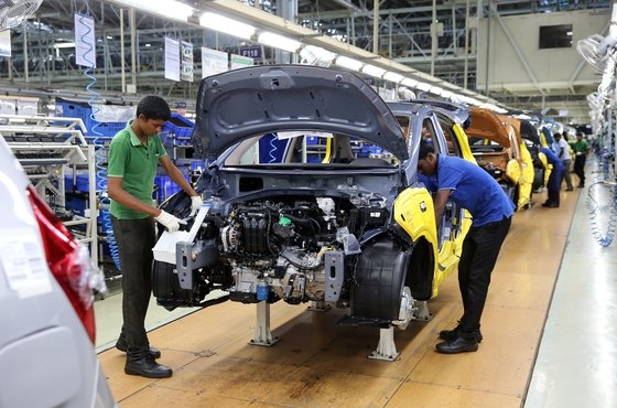 現代自動車のインド・チェンナイ工場で従業員が車を組み立てている。[写真 現代自動車]