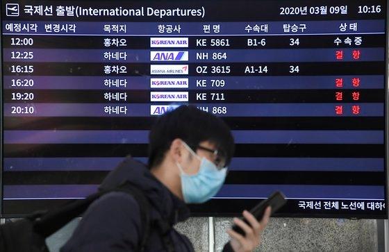 韓国と日本が両国の国民に対する90日のノービザ入国を中断した9日、金浦空港国際線ターミナルの運航情報掲示板には日本行き航空機の欠航案内が表示されている。キム・ソンリョン記者