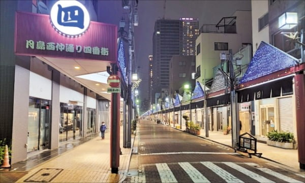 <人影が見えなくなった東京の居酒屋通り>先月31日夕方、東京中央区のもんじゃストリートには人影が見えない。東京伝統料理のもんじゃ焼き専門店約100軒がひしめいている同地は、先月30日に都が夜間外出の自粛を要請する前までは多くの客でにぎわっていた。チョン・ヨンヒョ特派員