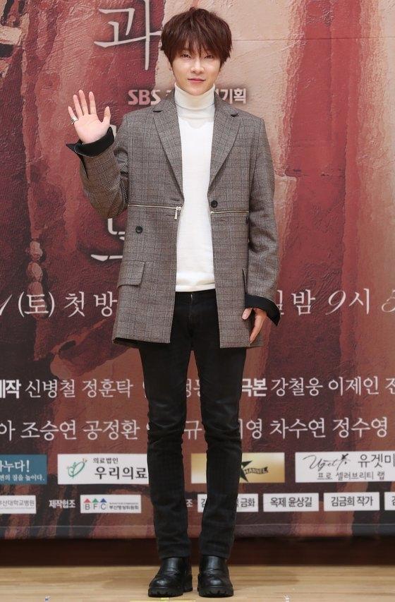 SBSドラマ『運命と怒り』の製作発表会に参加したユナク[中央フォト]