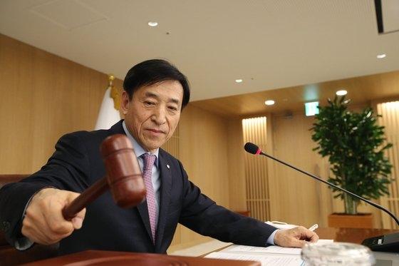 韓国銀行の李柱烈総裁が16日に韓国銀行で開かれた金融通貨委員会で議事棒を叩いている。[写真 韓国銀行]