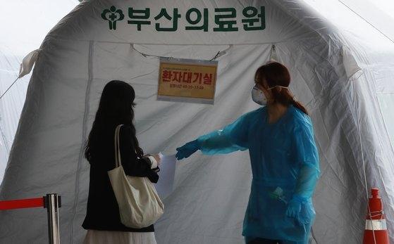 釜山(プサン)医療院の選別診療所で、市民が検査を受けるために検査場に入ろうとしている。ソン・ボングン記者