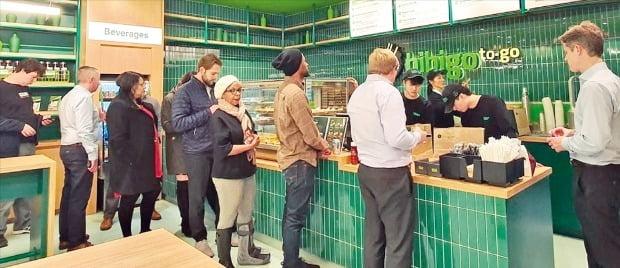 CJ第一製糖が昨年12月末、米国ニューヨークのロックフェラー・センターに開店した韓食ショップ「Bibigo(ビビゴ)ポップアップストア」には、1カ月で2万人余りが集まって毎日長蛇の列を作った。新型コロのナ拡大で現在は閉鎖されているが、当時ロックフェラーセンター側の要請で運営期間が既存より3カ月延長された。[写真 CJ第一製糖]
