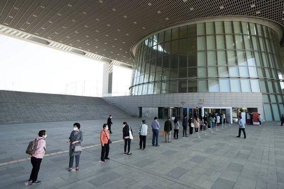 新型コロナウイルスにより休館中だった国立中央博物館常設展示館が「生活の中の距離確保」に転換した6日に予約制で再開館した。午前10時に観覧予約をした観覧客が2メートル間隔を維持して入場を待っている。キム・ソンリョン記者
