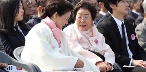 慰安婦被害者の李容洙さん(右)と金正淑夫人(左)。(写真=青瓦台フェイスブックキャプチャ)