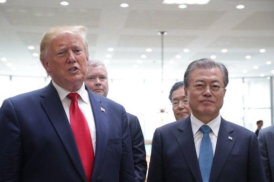 昨年6月、板門店の韓国側の自由の家でトランプ米大統領が金正恩朝鮮労働党委員長と会合を終えた後、文在寅大統領と所感を発表する記者会見をしている。[写真 青瓦台写真記者団]