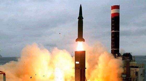 2017年8月に韓国軍当局が発射した玄武2C弾道ミサイル。このミサイルの弾頭重量は500キロだった。今年3月に試験発射した玄武4は射程距離が玄武2Cと同じ800キロだが、弾頭重量は2トンに増えた。[写真 国防部]