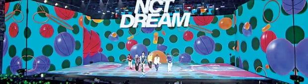 オンライン専用有料コンサートとして開催されたアイドルグループ「NCT DREAM」公演の様子。拡張現実(AR)技術を活用したオフラインコンサート場を具現化した。[写真 SMエンターテインメント]
