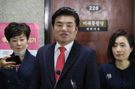 未来韓国党の元裕哲代表が12日、国会で連動型比例代表の議論のために共に民主党に2+2会議を要求している。オ・ジョンテク記者