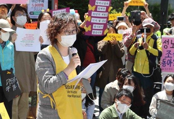 李娜栄(イ・ナヨン)正義記憶連帯理事長が13日、ソウル鍾路区の旧日本大使館前で開かれた水曜集会で発言している。 キム・サンソン記者
