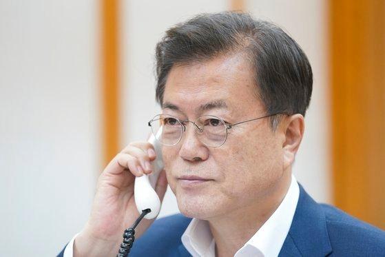 文在寅大統領は13日夜、習近平主席の要請で電話会談をし、両国のコロナ防疫と協力問題について議論した。[写真 青瓦台]