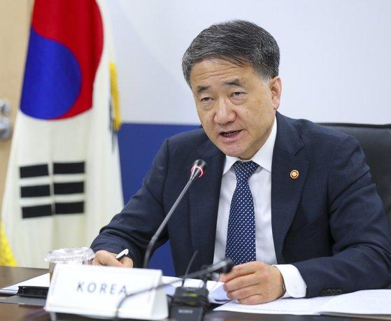 朴凌厚保健福祉部長官が15日に政府世宗庁舎で韓日中保健相会議を画像で進めている。[写真 保健福祉部]
