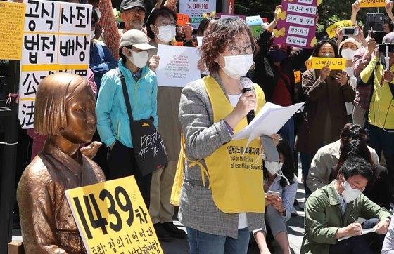 正義記憶連帯のイ・ナヨン理事長が13日、ソウル鍾路区(チョンノグ)旧日本大使館の前で開かれた旧日本軍慰安婦問題の解決を促す水曜デモで発言している。キム・サンソン記者