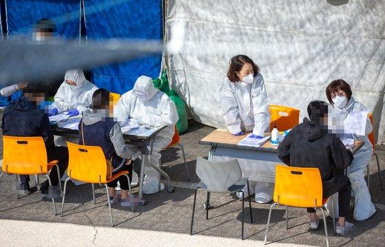 13日、京畿道のある選別診療所にソウル梨泰院、論ヒョン洞(ノンヒョンドン)一帯を訪問した人々が新型肺炎の検査を受けるために待機している。[写真 京畿道]