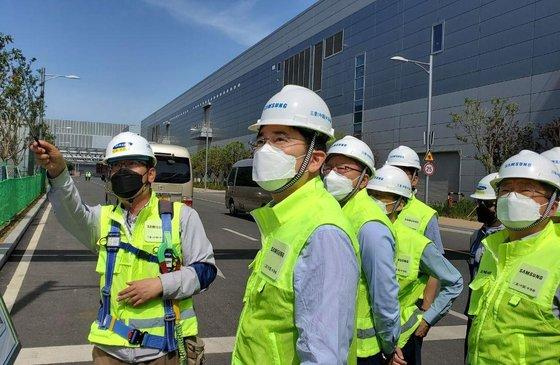 李在鎔副会長が中国山西省にあるサムスン電子西安半導体事業所を訪れ現場をチェックしている。[写真 サムスン電子]