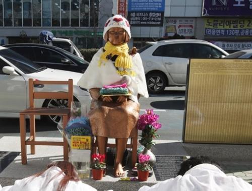 釜山日本総領事館前に設置された慰安婦平和の少女像(写真=中央フォト)れた旧日本軍慰安婦問題の解決を促す水曜デモで発言している。キム・サンソン記者