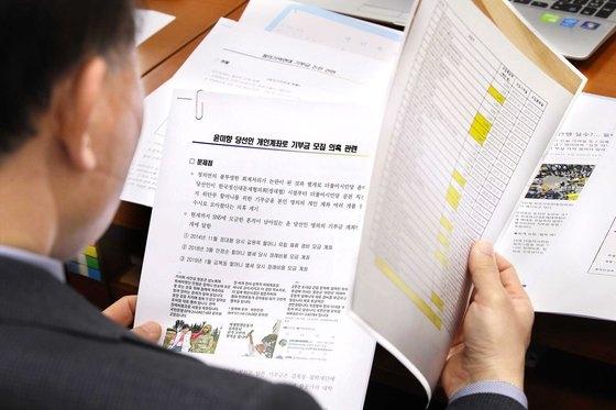 野党「未来統合党」の尹在玉(ユン・ジェオク)議員が19日、ソウル汝矣島(ヨイド)国会議事堂で開かれた行政安全委員会全体会議に出席し、与党「共に民主党」当選人である尹美香氏関連の疑惑資料を確認している。オ・ジョンテク記者
