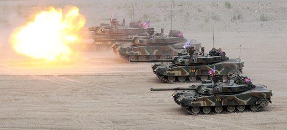 2016年7月に浦項(ポハン)の海兵隊訓練場で実施された韓米連合空地戦闘訓練に参加した海兵隊K-1戦車部隊の射撃訓練。[中央フォト]