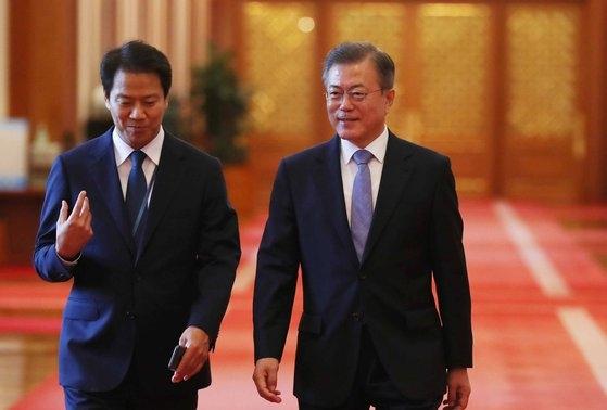 2018年9月21日、文在寅(ムン・ジェイン)大統領(右)が任鍾ソク(イム・ジョンソク)秘書室長と共に新国防長官など任命状授与式のため行事場所に向かっている。 青瓦台写真記者団