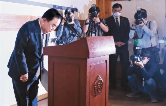 文喜相国会議長が21日、国会サランジェで開かれた退任記者懇談会で挨拶している。改憲について「次の大統領から適用されるため、大統領の任期があと2年残っている今が最適」と明らかにした。イム・ヒョンドン記者
