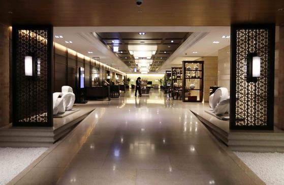 客のいないホテル。4月初め、ソウル明洞(ミョンドン)ローヤルホテルのロビーの様子。キム・サンソン記者